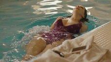 Эротичная Александра Флоринская плавает в бассейне