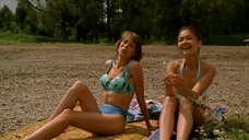 Мария Звонарева и Ирина Лосева в купальниках загорают