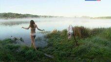 Сексуальная Елена Радевич плавает в реке
