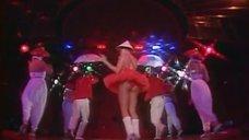 Ноги Лаймы Вайкуле в клипе «Веселые мухоморы»