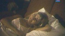 Соски Анны Тихоновой просвечиваются через ночнушку
