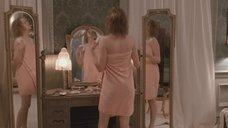 Николь Кидман красуется перед зеркалом