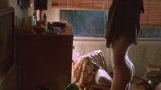 Келли Линч одевает платье