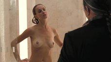 Алексис Батлер принимает душ