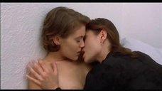 4. Лесбийский поцелуй Алиссы Милано – Объятие вампира
