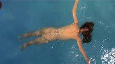 Обнаженная Лори Сингер плавает в бассейне