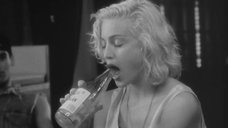 Мадонна заглатывает горлышко бутылки