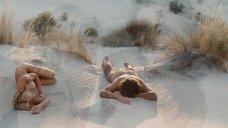 Голая Мадонна спит на песке