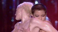 Развратная сцена с Кэрри Энн Инаба и Мадонной