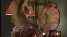 Мадонна одевает платье