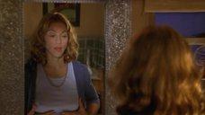 Мадонна рассматривает свою грудь в зеркале