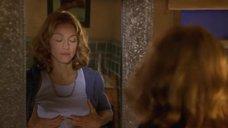 3. Мадонна рассматривает свою грудь в зеркале – Лучший друг