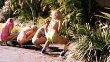 Девушки справляют нужду на улице