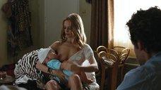 3. Хэзер Грэм кормит грудью – Мальчишник в Вегасе