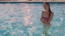Ольга Куриленко плавает в бассейне
