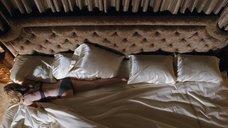 Джиллиан Джейкобс ползёт по кровати
