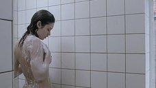 Ольга Куриленко принимает душ