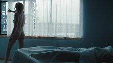 Обнаженная Шарлиз Терон у окна