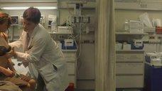 Доктор осматривает Кристину Риччи
