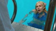 2. Сиенна Миллер купается в бассейне – Медовый месяц Камиллы