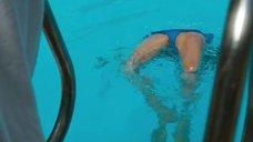 Сиенна Миллер купается в бассейне