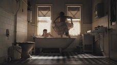 Сиенна Миллер снимает полотенце