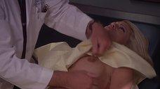 Доктор осматривает грудь Холли Пэлхам