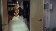 Кейт Хадсон снимает свадебное платье