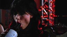 Элизабет Шеннон эротично облизывает горлышко бутылки