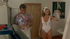 Секси Серена Гранди в белом купальнике в гимнастическом зале