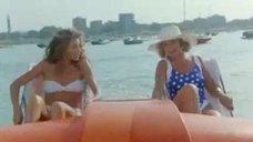 Элеонора Брильядори и Моника Скаттини в купальниках на водном велосипеде