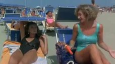 Сексуальные Элеонора Брильядори и Моника Скаттини в купальниках на пляже