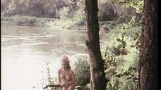 Полностью голая Конни Бут пробирается в сарайчик