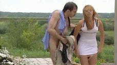 Ольга Сидорова одевает трусики
