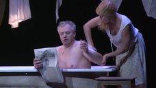 Алена Бабенко светит грудью в спектакле «Враги. История любви»