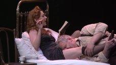 Чулпан Хаматова в соблазнительной ночнушке в спектакле «Враги. История любви»