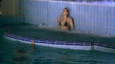 Мокрая Мария Голубкина в бассейне