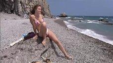 Юлия Пожидаева в купальнике на пляже