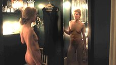 Полностью голая Розамунд Пайк перед зеркалом