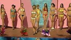 Сексуальные девушки в купальниках на конкурсе красоты