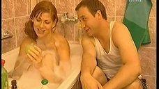 Елена Бирюкова плескается в ванне