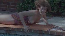 Сильвия Кристель засветила голую грудь возле бассейна