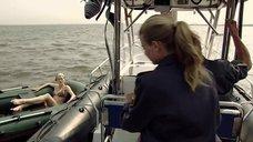 Девушка в купальнике в надувной лодке