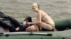 2. Девушка в купальнике в надувной лодке – Встречное течение