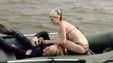 3. Девушка в купальнике в надувной лодке – Встречное течение