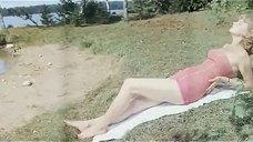 Сексуальная Терье Луйк в купальнике
