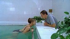 Елена Яковлева плавает в бассейне в закрытом купальнике