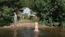 Обнаженная Оксана Коростышевская купается в реке