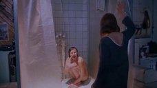 Девушка рыдает голышом в душе
