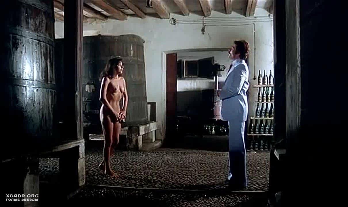 Обнаженная Карла Романелли Бегает По Винному Погребу – Чувственная Медсестра (1975)
